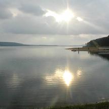Wolken über dem großen Brombachsee reißen auf und die Sonne komt heraus.